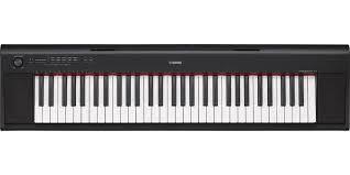Piano Ligero Portatil 61 Teclas Yamaha NP12 Negro Con PA130