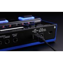 SONIDO PREMIUM TONE FORPARA INTERPRETES VIAJEROS PLAYERS ON THE GO Ultra portátil y fácil de usar, el procesador GT-1 entrega sonidos de nivel profesional en todo lugar que te presentes. Impulsado por el poderoso motor de sonidos BOSS serie-GT, te brinda el acceso a una inmensa selección de amplificadores y efectos de clase-mundial para todo tipo de música. Su aerodinámica interface habilita la rápida e intuitiva creación de sonidos, mientras su control conmutador y pedal de expresión proveen el ajuste dinámico de los efectos en tiempo-real. Además, al conectarlo al sitio BOSS Tone Central, podrás descargar patrones profesionales gratuitos, programas editores y más. Igualmente genial tanto para los principiantes como para los guerreros del fin de semana e intérpretes viajeros, el GT-1 porta sonido Premium en un compacto paquete robusto.  Ultra-portable and easy to use, the GT-1 delivers pro-level tones everywhere you play. Driven by the powerful BOSS GT-series engine, it gives you access to a huge selection of world-class amps and effects for all types of music. A streamlined interface enables quick and intuitive sound creation, while an assignable control switch and expression pedal provide dynamic real-time effects adjustment. And by connecting to BOSS Tone Central, you can download free pro patches, editing software, and more. Equally suited for beginners, weekend warriors, and traveling players, the GT-1 packs premium sound in a compact and rugged package.